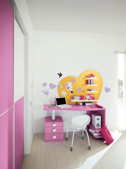 Pannello Cuore Scrivania e cassettiera in total color Lilla, il pannello Cuore è con mensole a contrasto.