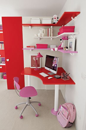 PROPOSTA C127 • Particolare zona studio con scrivania, sedia e mensole